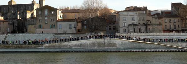 Chaîne humaine le long du Rhône
